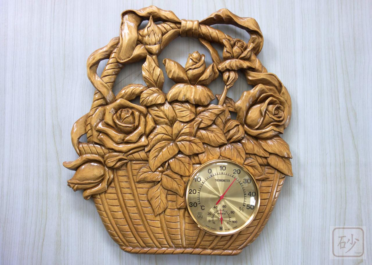 木彫りのレリーフ バラの花かご 温度計付き