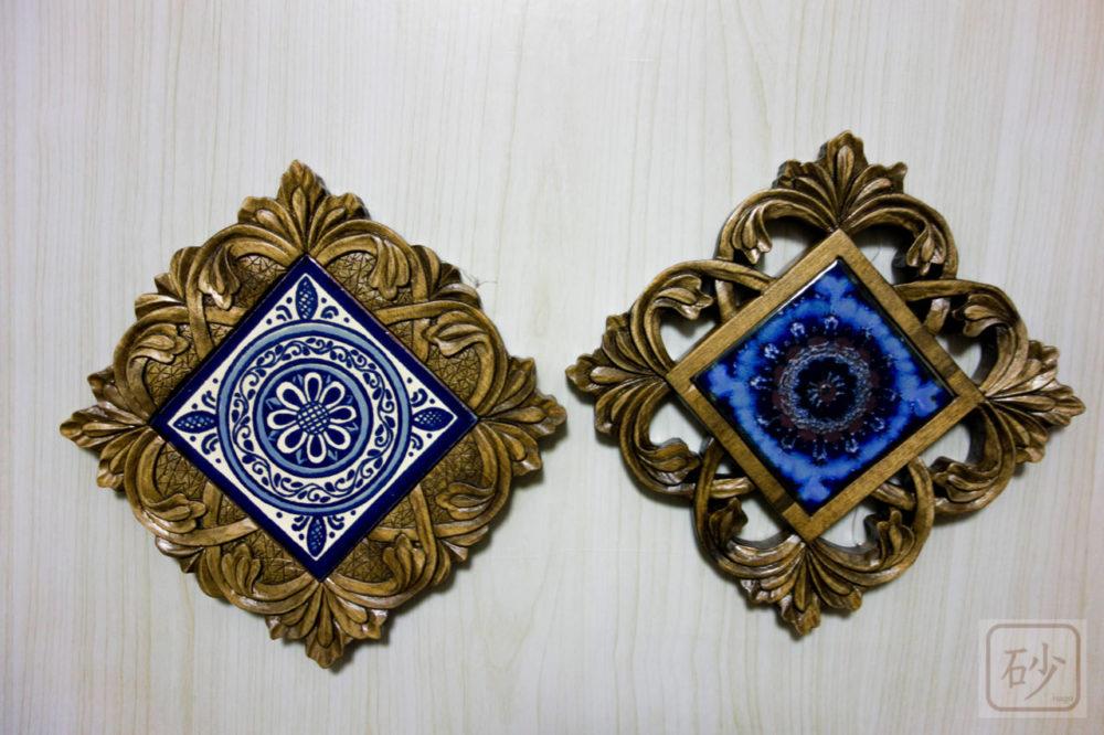木彫りのタイルトレー 同じ柄2種