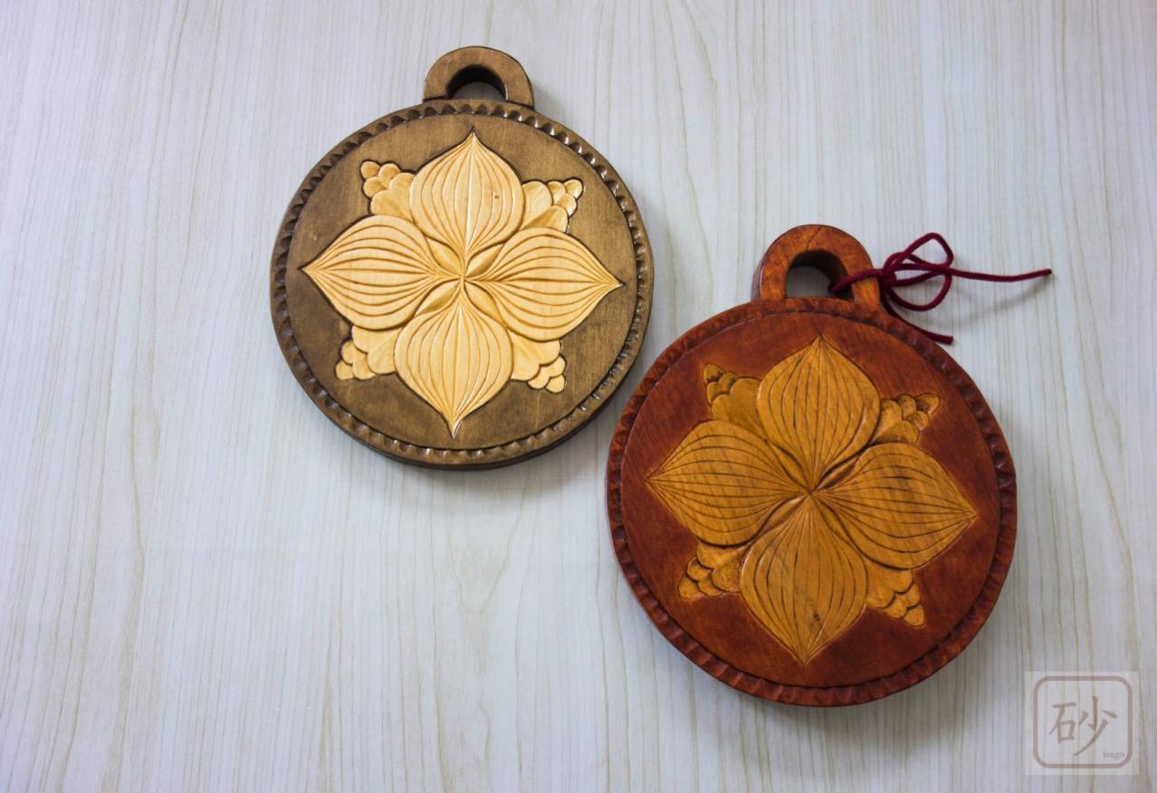 木彫りの鍋敷き 色違い