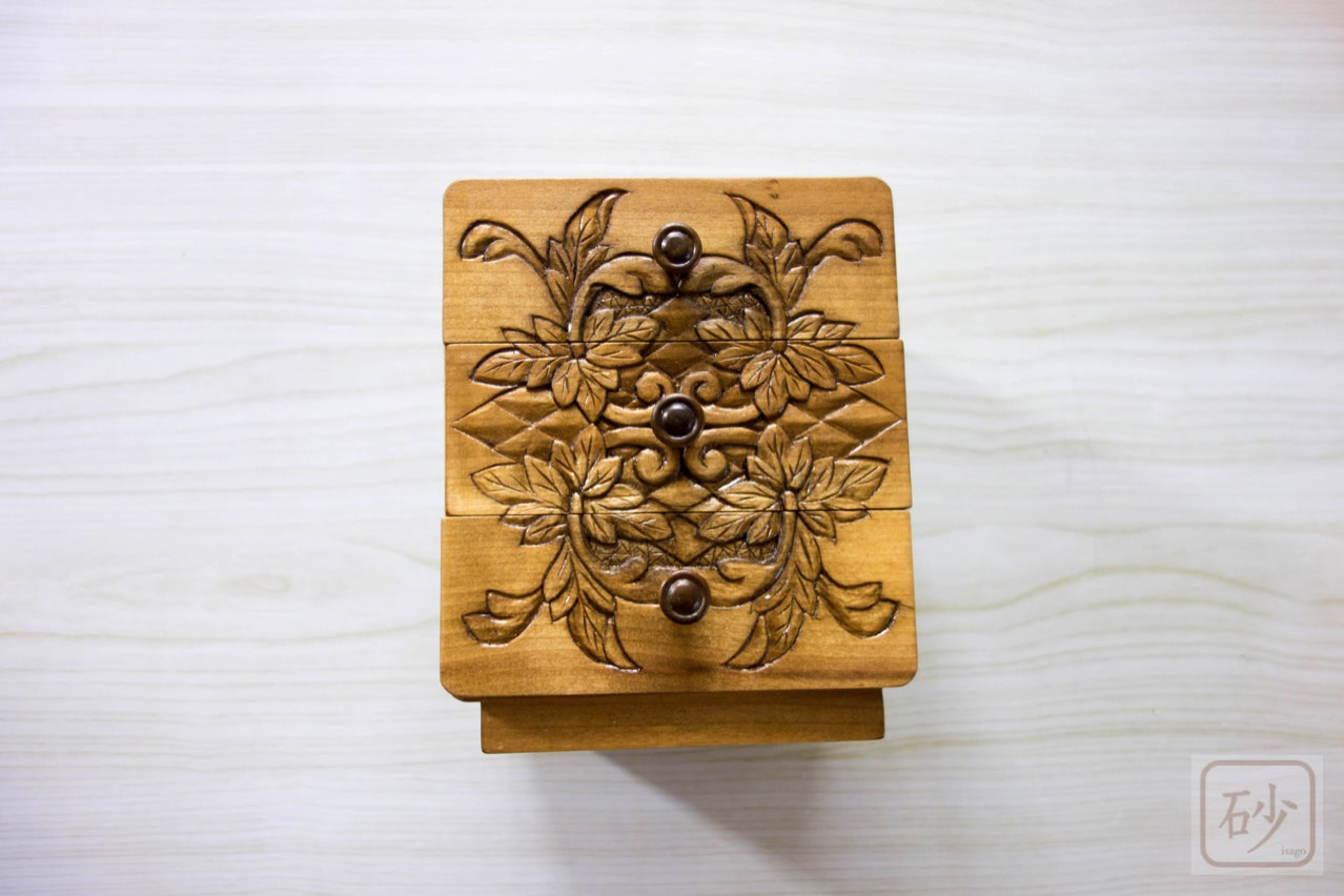 木彫りの3段小引き出し