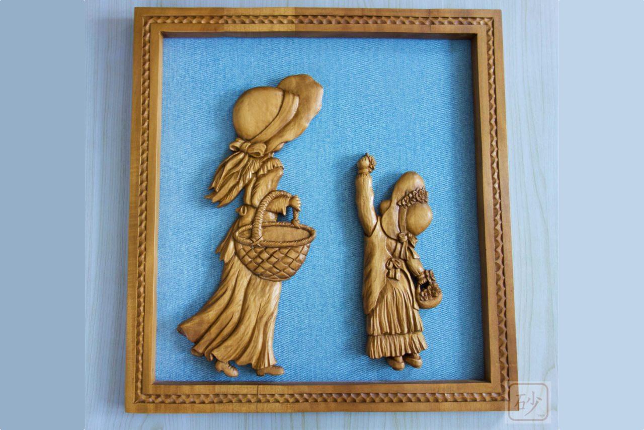 木彫りのレリーフ 少女と幼子