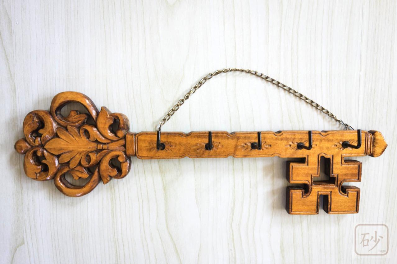 木彫りのキーフック 鍵型