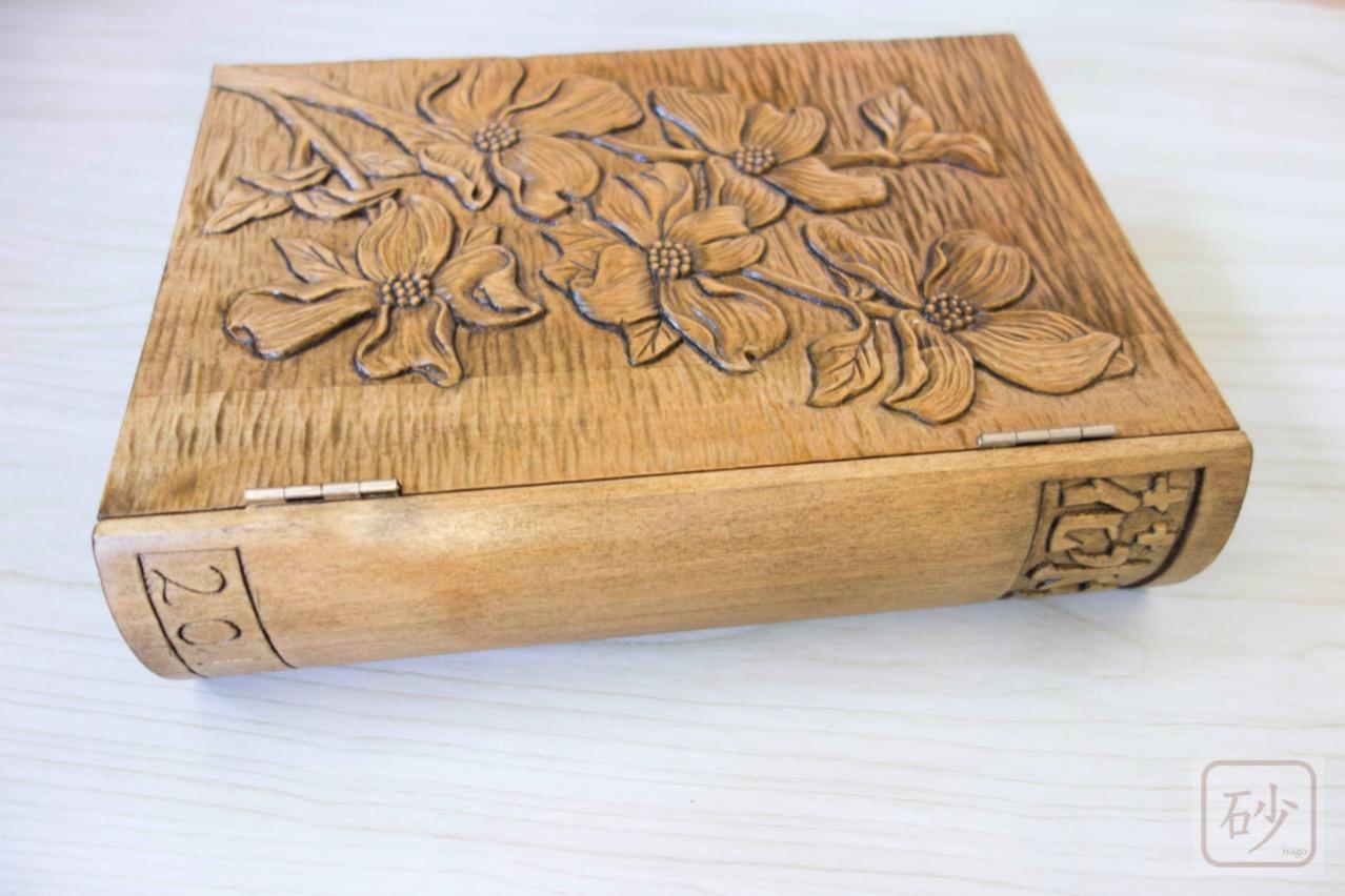 木彫りブック型小物入れ
