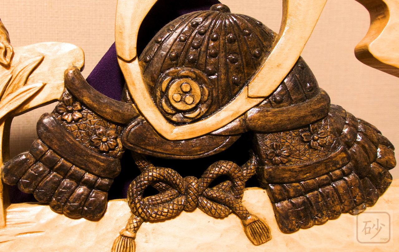 木彫りのレリーフ 兜