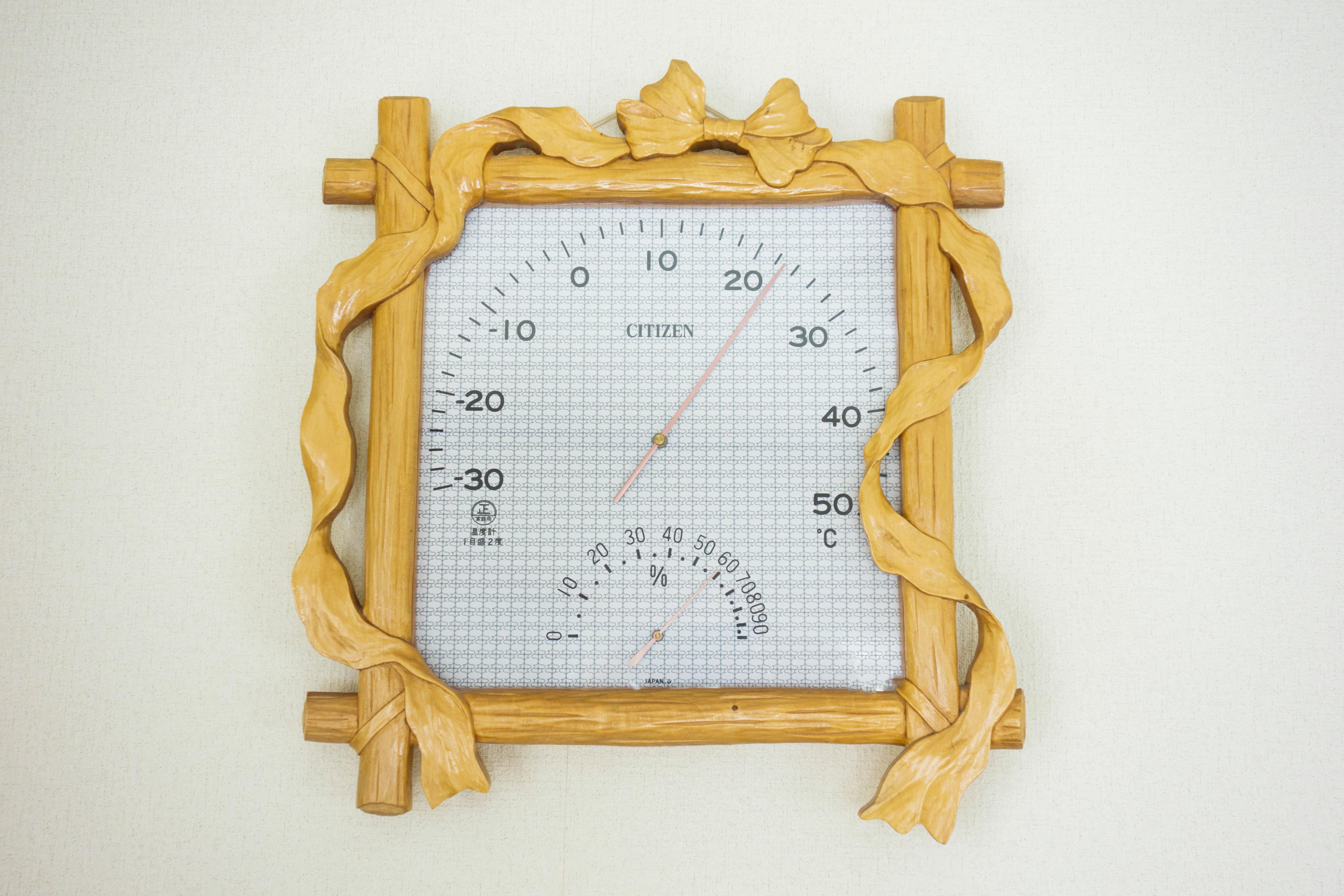 木彫りの温度計 リボン柄