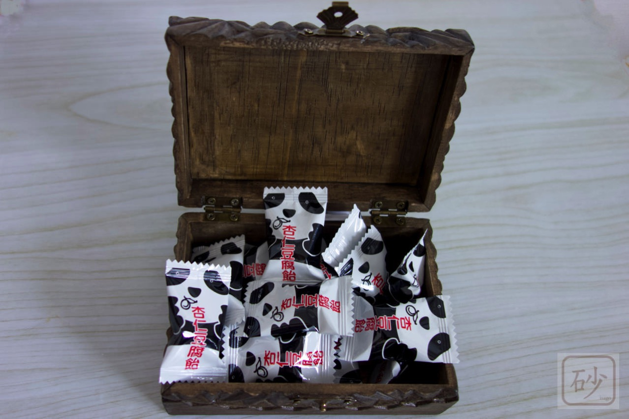 木の小箱と飴