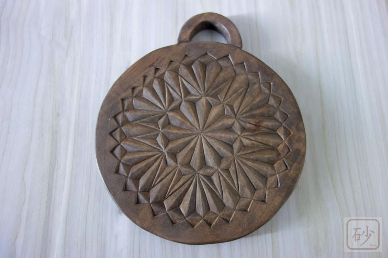 木彫りの鍋敷き
