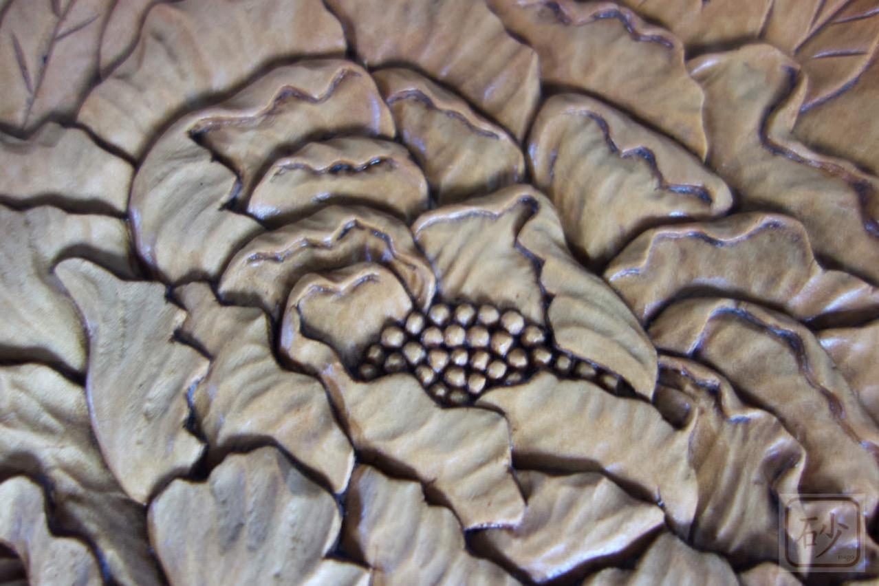 木彫りの丸型レリーフ ぼたん