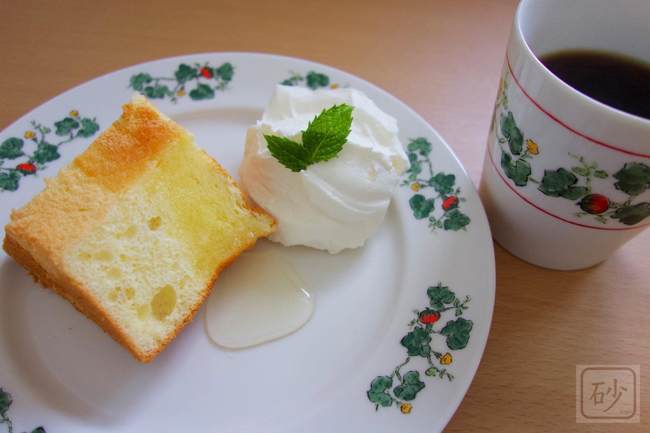 六花亭 十勝川西長いもシフォン アカシア蜂蜜をカフェ風にして食べる