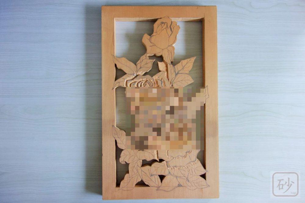 挫折した木彫りのバラレリーフが出てきた