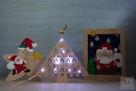 木製クリスマスツリーをライトアップ