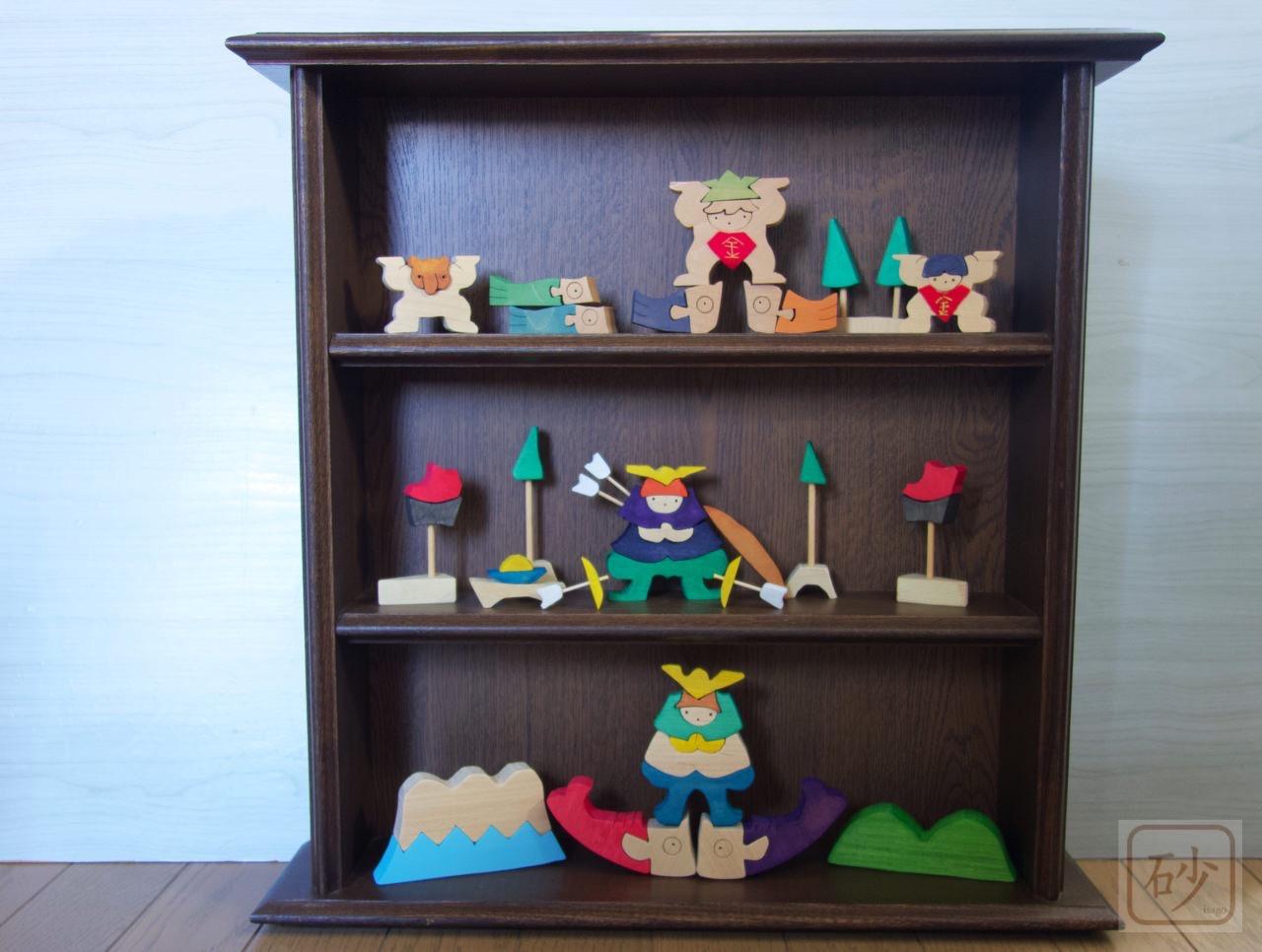 組み木の五月人形と棚