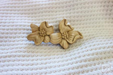 木彫りブローチ ハナミズキ