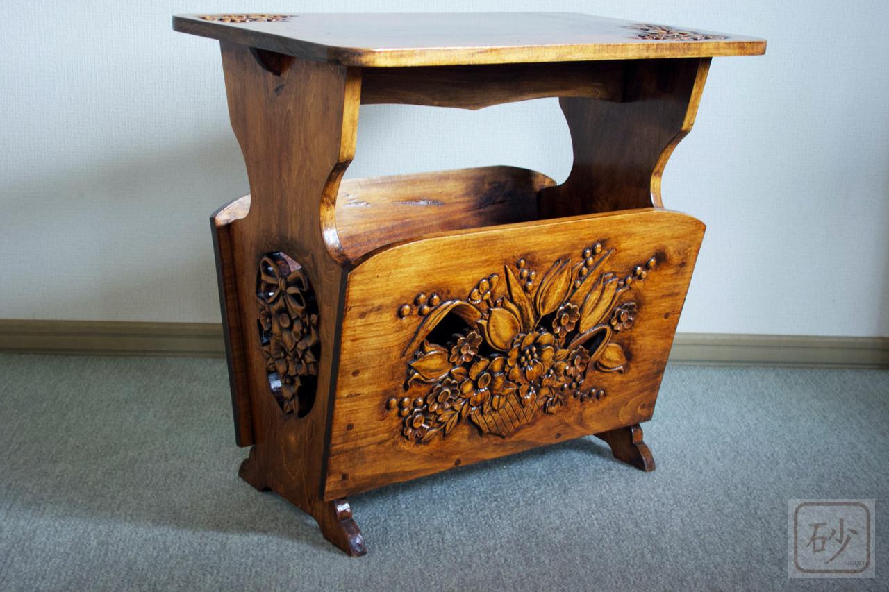 木彫りのテーブル付マガジンラック