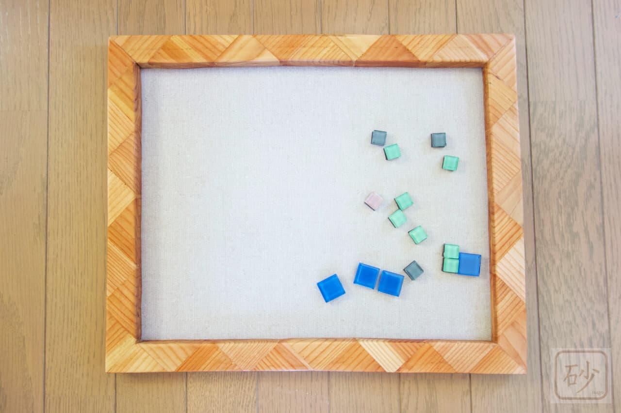 カラマツの木片で作ったマグネット額